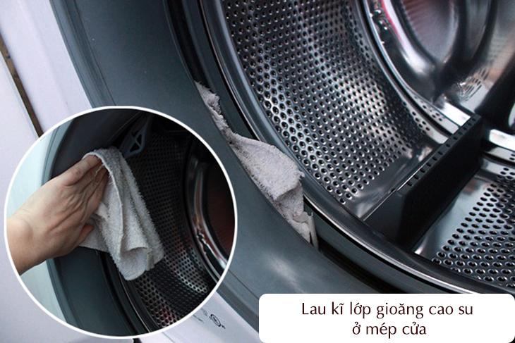 Lau kĩ lớp gioăng cao su ở cửa máy giặt